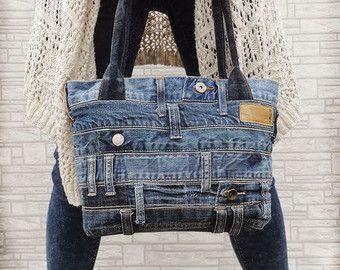 Handgemachte Denim Kreuz Leichensack. Rock, Grunge, Boho, Street Art, Urban Mode.  Aus echten Jeans gemacht! Also, jeder der Taschen hat viel Charakter und ist immer einzigartig, eine Art Artikel.  Dunkel blau-graue Jeans. DREI funktionelle Taschen außen. Einer ist mit Reißverschluss. Baumwoll-Futter. Reißverschluss. Offene Tasche innen. In der Maschine waschbar.  Hergestellt aus recycelten Jeans. Ich mache meine etwas um den Planeten zu retten :) Immer vorgewaschen Jeans und sicherlich…