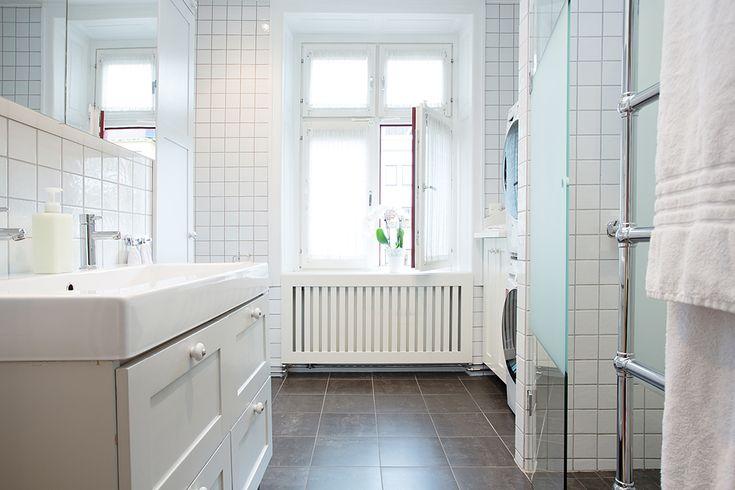 Många drömmer om stora badrum med lyxiga lösningar. Men de flesta bygger ändå en enkel vit dröm med mörkare grått golv. Här ett snygg badrum på detta tema!