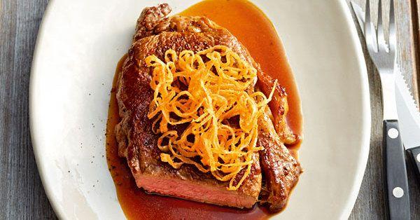 Statt mit der Bratensauce schmeckt die Rinderlende auch mit Kräuterbutter sehr fein. Dazu dann einen Blattsalat servieren.