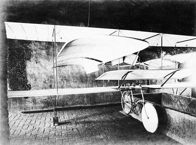 """Aldo Corazza – Corazza II – Aerocicloplano  Aldo Corazza completò la costruzione, iniziata fin dal 1902, di un nuovo tipo di aereo, provvisto di eliche per la propulsione, approntando il """"Corazza II"""", da lui denominato """"Aerocicloplano"""". Sostanzialmente poteva considerarsi un biplano montato su bicicletta a doppia elica con propulsione a pedali, che presentò all'Esposizione Internazionale di Milano del 1906."""