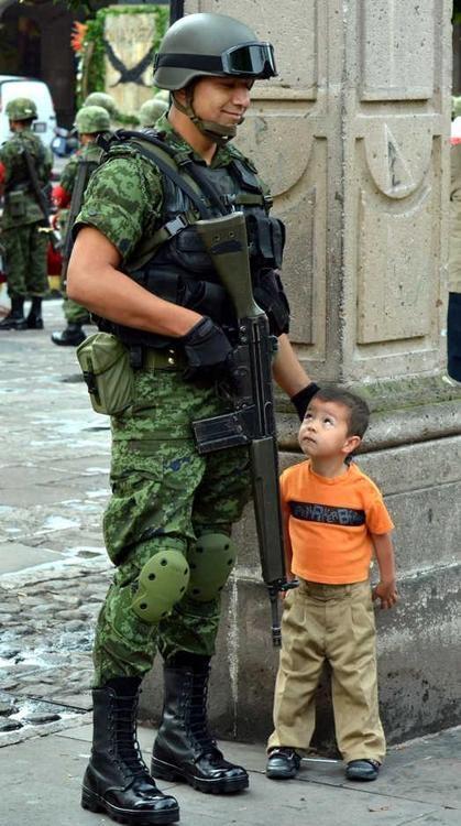 En el fondo de esa rudeza, también hay Ternura, Ternura que espera cada día poder llegar a casa y ver a sus hijos. Felicitaciones a las fuerzas armadas de Mexico