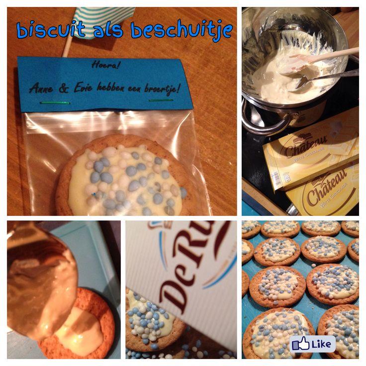 Traktatie bij geboorte broertje. Tarwebiscuit, wittechocolade en blauwwitte muisjes.