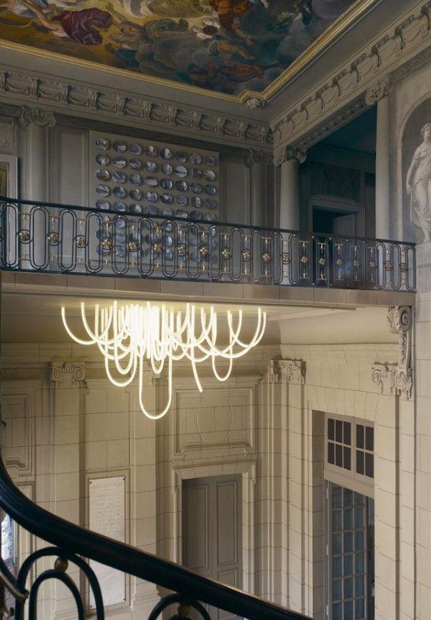 À Marseille, le Château Borély, en travaux depuis 4 ans, a passé commande auprès du célèbre designer français Mathieu Lehanneur pour que ce dernier réalise un lustre afin d'orner le vestibule du bâtiment.    Composé de leds et de tubes de verre borosilicate, ce lustre moderne et novateur s'associe parfaitement au lieu et semble sortir du plafond.