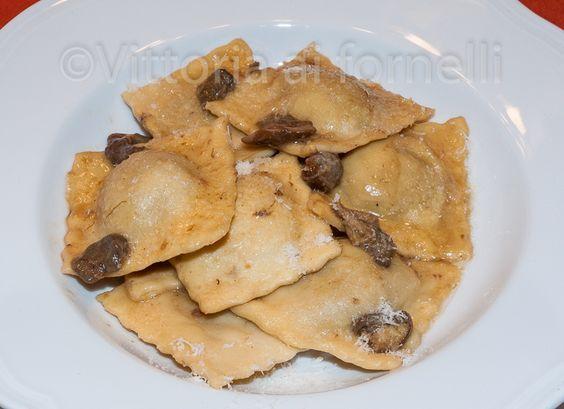 I ravioli ai funghi sono un classico primo piatto di pasta fresca, con un saporito ripieno in cui i funghi si armonizzano perfettamente con le patate.
