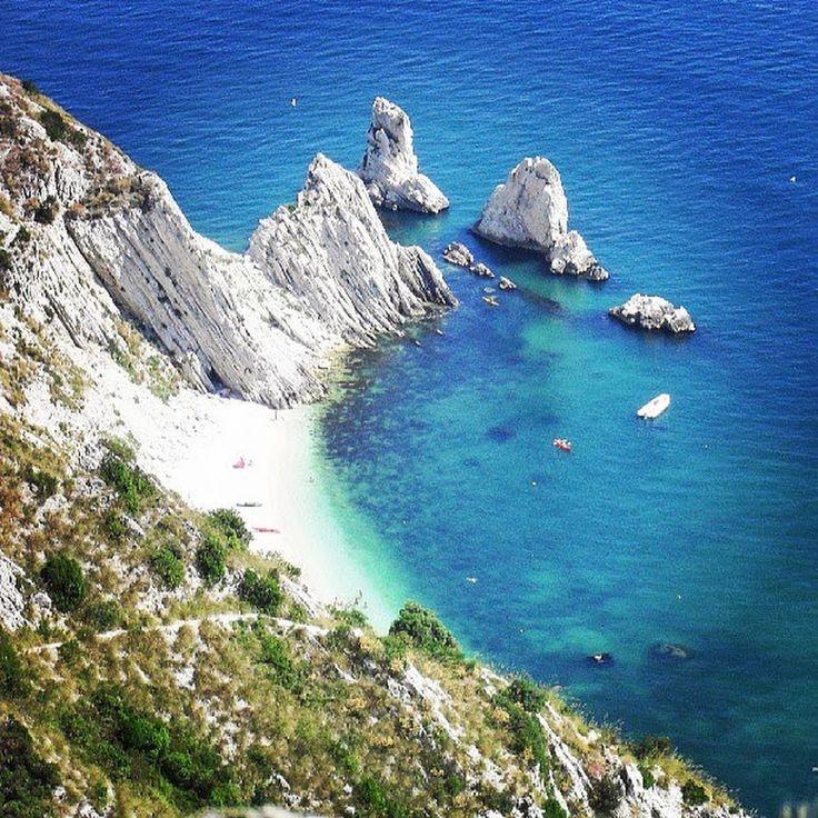 Vi auguriamo una magnifica giornata con questo meraviglioso scorcio della spiaggia delle Due Sorelle di #Sirolo. Un angolo di paradiso raggiungibile in ... - Marche Tourism - Google+