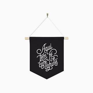 Tudo que a gente precisa nesse friozinho resumido em uma frase.  Bandeirinha de tecido para decorar e se inspirar.  Boa noite!  #DivirtaSeDecorando #bandeirinha #frases #adesivosdeparede #decoração #decor #instadecor #parede #inspiração #ideiascriativas #cafe #designdeinteriores #arquitetura #cafune #fe #cantinho #promoção #flâmula #instafrases #diy #apartamento #casamento #friozinho #frio #mensagenspositivas #boanoite #caligrafia #lettering #amor #coffee