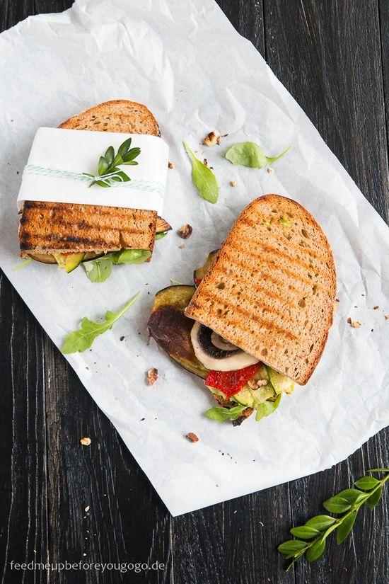 Zwei Scheiben geröstetes Brot, Gemüse aus dem Ofen, dazu frischer Rucola, Walnüsse und Zitronen-Basilikum-Aioli - so einfach kann ein gutes Sandwich sein!