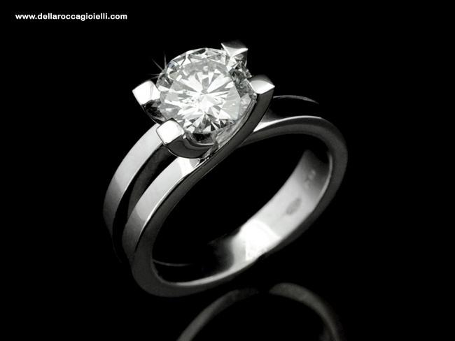 Anello Solitario Abbracci - DR151  Anello Solitario in oro bianco 18 carati lucido Realizzato interamente a mano Diamante taglio brillante