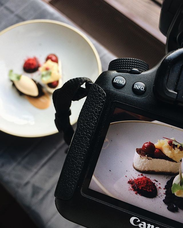 Wpółpraca z @ratuszova to zawsze smaczna przyjemność  dziś fotografujemy desery  Od siebie dodam że mus z białej czekolady to po prostu obłęd