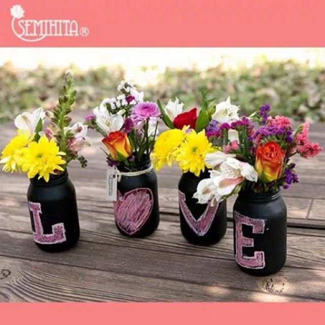 Aprovecha las promociones que tenemos para ti! Sujeto a disponibilidad. Arreglo de flores mixtas en frascos con pintura de pizarrón y decorados con gis. #semihita #lovewithflowers #sayitwithflowers