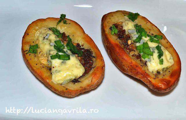 Baked potatoes stuffed with mushrooms and cheese                                                              Cartofi copți umpluți cu ciuperci și brânză cu mucegai verde
