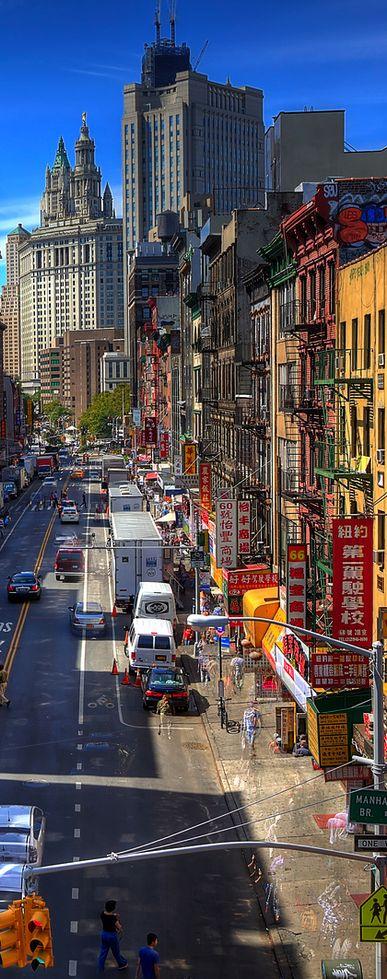 Desde la acera oeste del Manhattan Bridge, Est Broadway St, en pleno Chinatown neoyorquino. Al fondo, el Manhattan Municipal Building