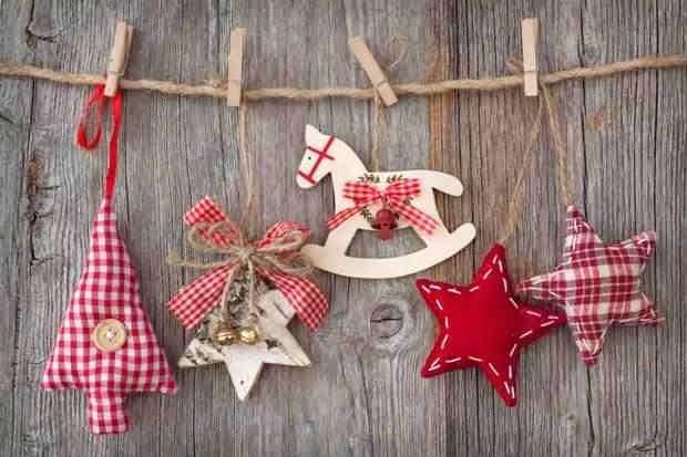 Ozdoby świąteczne zawieszone na sznurku
