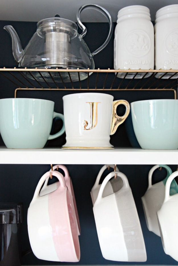 практичный пример  Не хватает места для посуды? Увеличьте функциональность кухонных гарнитуров, прикрепив к полкам дополнительные крючки для хранения кофейных чашек. Эта идея наверняка понравится владельцам нескольких сервизов.