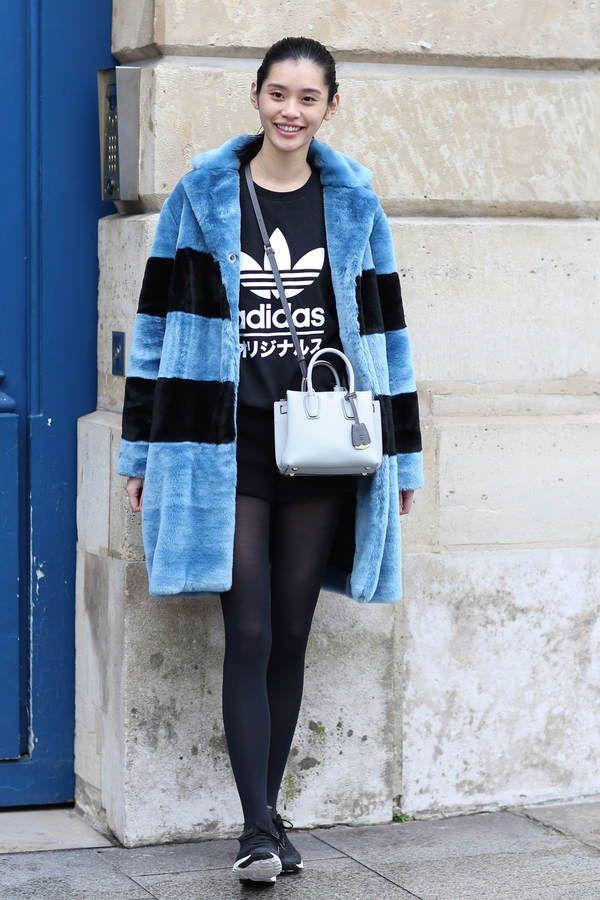 Model Ming Xi kombiniert ihre süße kleine Milla MCM Crossbody Mini Bag zu einem fluffy Marc Jacobs Mantel und dem tollen Adidas Japan Sweater.