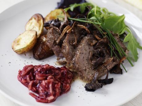 Köttfärslimpa med trattkantareller och äppellingon