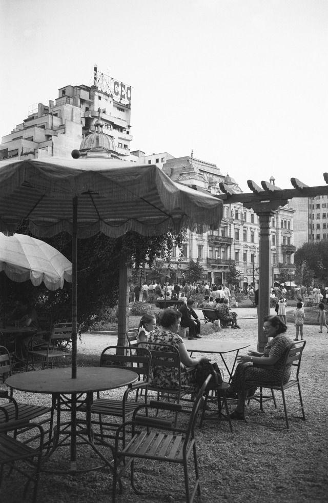"""Piața Casa Centrală a Armatei – Calea Victoriei la intersecția cu Bulevardul Elisabeta, 1956.  Pe vremuri aici se afla clădirea """"Cartea Românească"""", distrusă de bombardament în timpul războiului. La scurt timp s-a ridicat blocul care există și în prezent."""