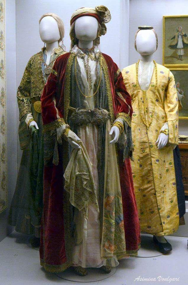 Φορεσιές από τον Πόντο και την Κωνσταντινούπολη. Φωτογραφία: Ασημίνα Βούλγαρη.