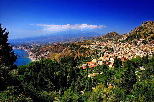 Vertoeven op #eiland #Sicilie in #Italie! Hier kan je genieten van groene wouden, goudbruine heuvels en de vele citroen- en sinaasappelplantages! #vakantie #reizen #travel #travelbird #zonvakantie