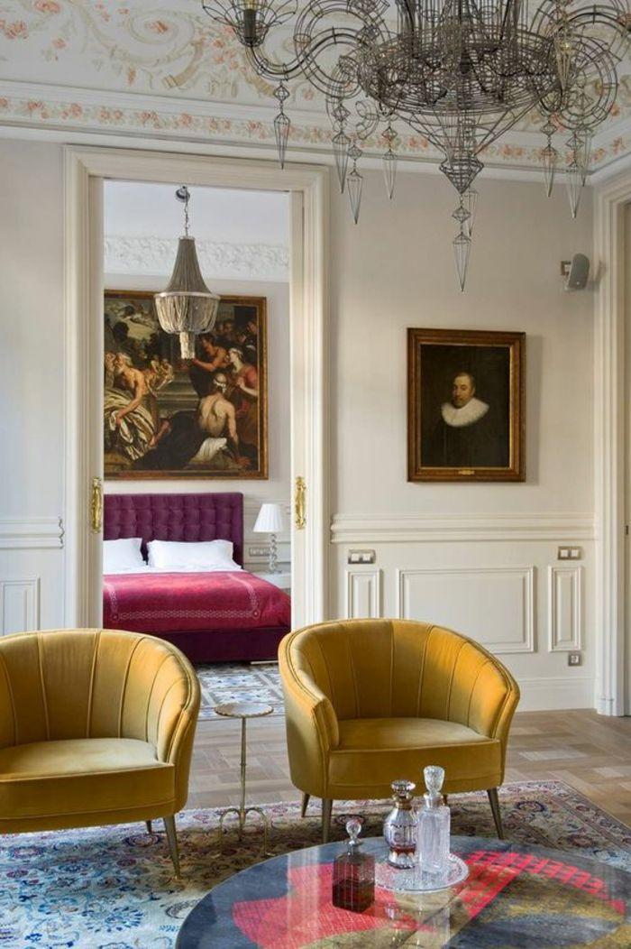 lit violet aubergine dans un appartement charmant, luminaire géant en style baroque