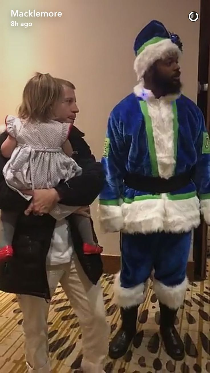 Michael Bennett dressed up as Santa for Macklemore and his Daughter