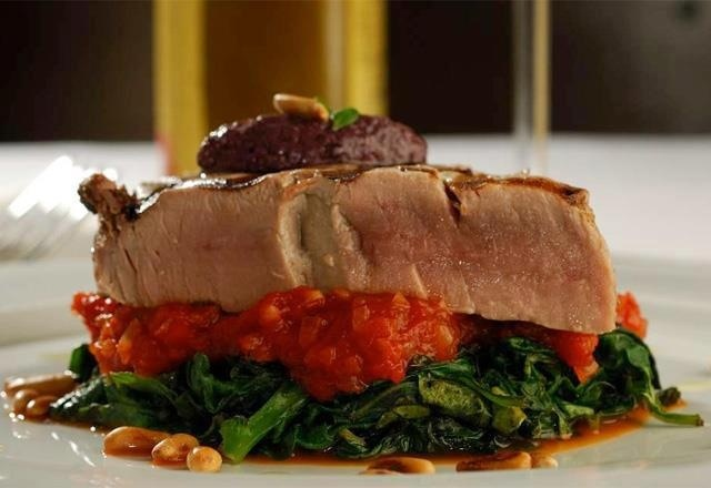 Atum em salsa Rossa com espinafre e tapenade de azeitonas pretas