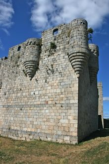 Castle of Castro Caldelas, Ourense, Spain. Cedida por Alfonso XI a Pedro Fdez. de Castro. Dañado durante la revuelta irmandiña, el Conde de Lemos ordenó su reconstrucción. Actualmente, la Casa de Alba lo ha cedido al Ayto, que se está encargado de su restauración. castillosdeespaña.es