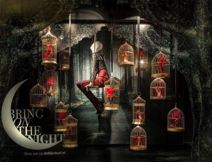 De Bijenkorf, el gran almacén que preside Dam, una de las principales calles de Ámsterdam, nos traslada esta Navidad a un mundo fantástico e...