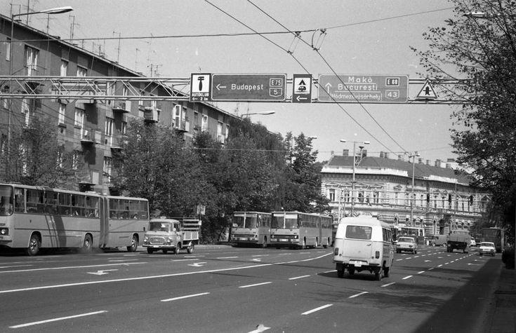 Párizsi körút a Mérey utca felől a Kossuth Lajos sugárút felé nézve.