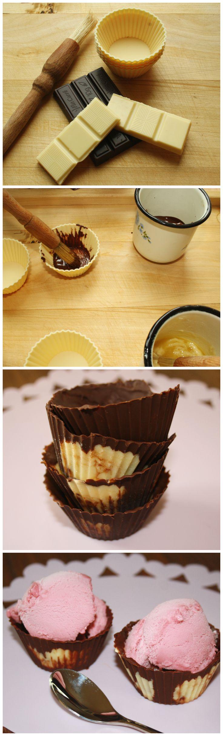 Malování čokoládou. Čokoládové košíčky. Stačí rozpustit bílou a tmavou čokoládu, vzít vhodné štětce a pomalovat silikonový košíček. Ten po ztvrdnutí vytáhnete a naplníte ovocem nebo zmrzlinou. Hodí se i jako aktivita na tábory. Výtvarka pro děti, tvoření s dětmi.