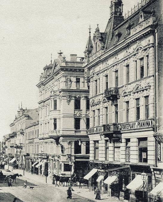 Nowy Świat.Na pierwszym planie kamienica Artura Spitzbartha za nią ulica Foksal i okazała kamienica Branickich zaprojektowana przez Bronisława Brochwicz-Rogoyskiego; między rokiem 1901 a 1908. https://web.facebook.com/104551