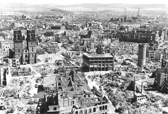 歷史上的今天:1943年7月24日英國空軍展開漢堡大轟炸 漢堡轟炸,又名蛾摩拉行動,是指二戰期間從1943年7月24日開始到8月3日,英國皇家空軍對德國第二大城市,重要港口和工業中心漢堡進行的多次猛烈轟炸。這是空戰史上最大的戰役之一,被稱為德國的廣島。由英國皇家空軍元帥阿瑟·哈里斯所策劃。 蛾摩拉行動動用了3000架飛機,投彈約9000噸,燃燒造成800℃的高溫,轟炸造成至少50,000人死亡,其中大部分是平民,摧毀房屋25萬棟,一半以上城市被摧毀,致使100萬平民無家可歸。整個漢堡正常的生產生活秩序受到嚴重干擾,生產力急劇下降。 在漢堡,許多戰後重建的房屋都標有「毀於1943年,重建於」字樣。