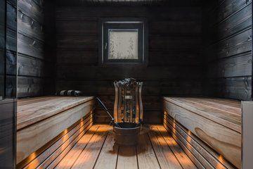 Tyylikäs valaistus tunnelmallisessa saunassa