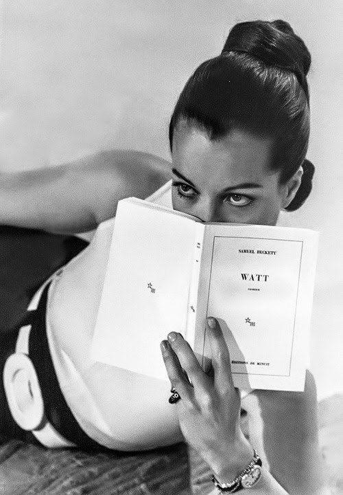 Romy Schneider tenant le roman 'Watt' de Samuel Beckett sur le plateau de Dim Dam Dom 1969
