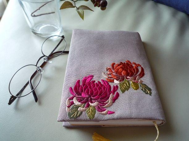 日本刺繍のブックカバー(菊-1)(赤・オレンジ)