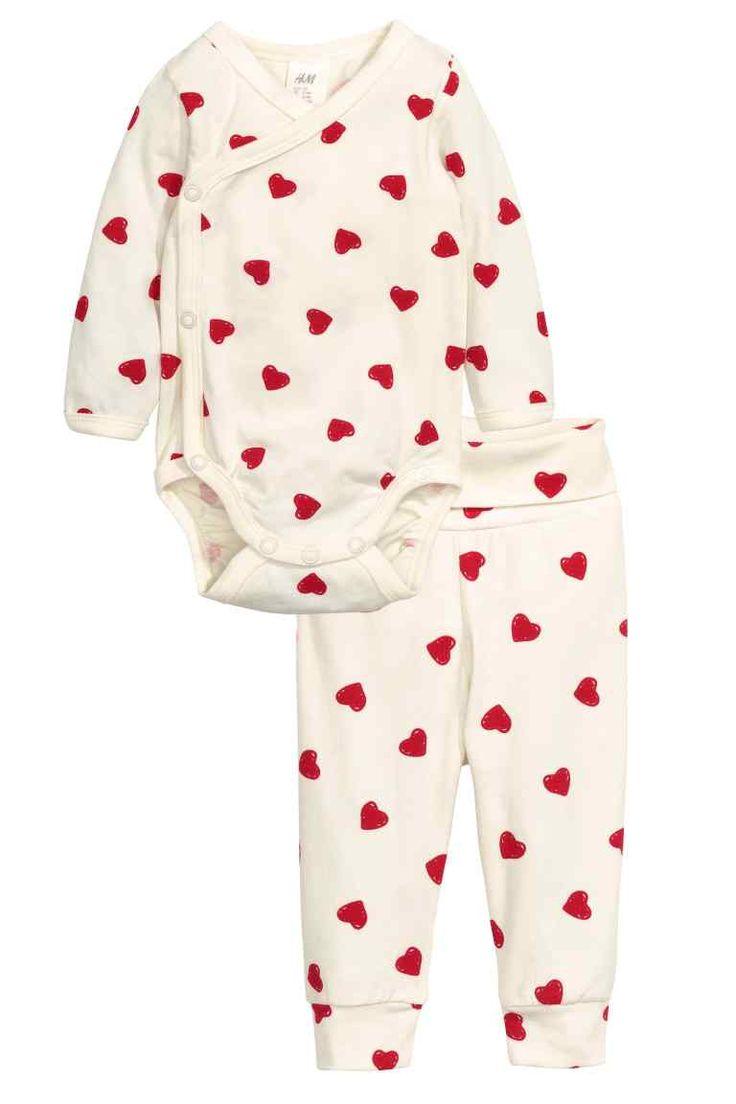 Body et pantalon: CONSCIOUS. Ensemble en jersey souple de coton bio avec motif imprimé. Body de coupe cache-cœur à manches longues avec boutons-pression sur un côté et à l'entrejambe. Pantalon avec large bande repliable à la taille et bord-côtes en bas de jambe.