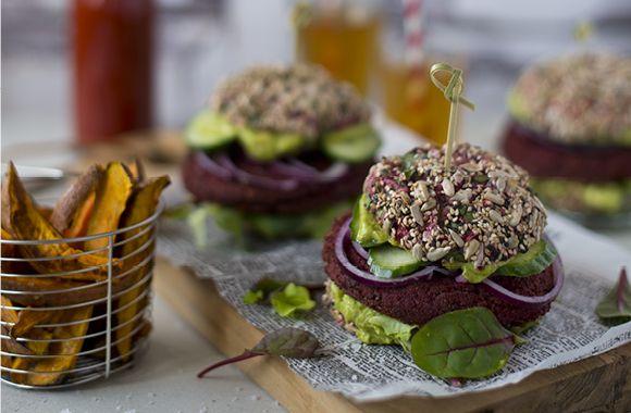 Vegansk burger med rødbedebøf og fritter af søde kartofler - nemlig.com