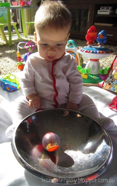je zet voor het kindje een dekjes van een kookpot. of iets waar het ligt in weerspiegeld. je legt er een bal in en dit geeft een zeer leuk effect.