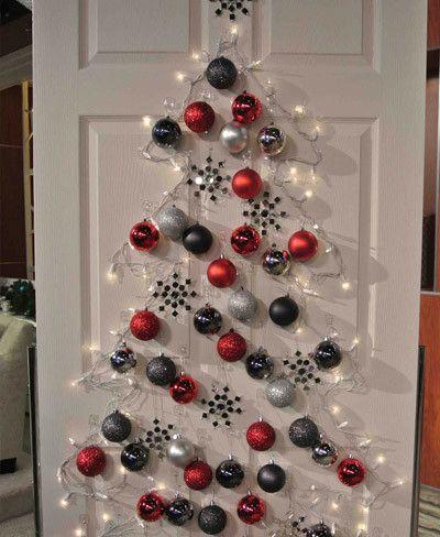 Árbol de Navidad en una puerta