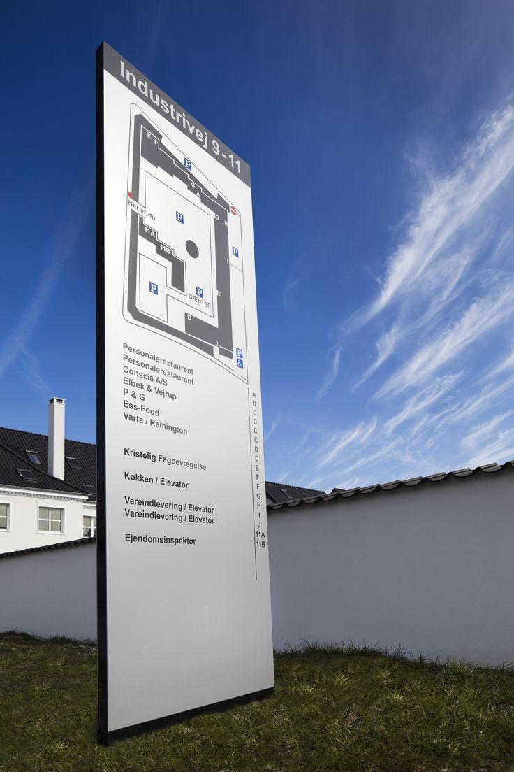 En pylon er både det første og det sidste man ser – derfor er det vigtigt at efterlade et godt indtryk af godt design og god kvalitet.  Med en pylon ved vejen, er det let at blive set på lang afstand eller markere et firma domicils vigtigste indfalds veje.