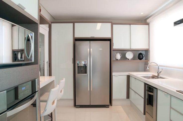 Gosto de cozinhas com porta de vidro branco leitoso, com esses pegadores