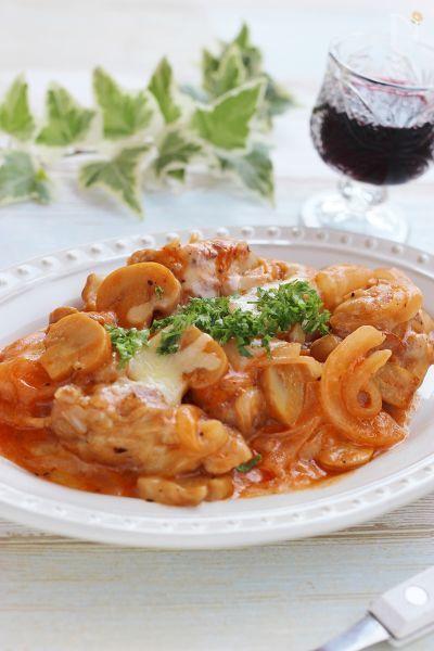 鶏もも肉に、にんにくをきかせ、ケチャップ、マヨネーズベースのソースに絡め、最後にピザチーズをのせた簡単洋風おつまみです!