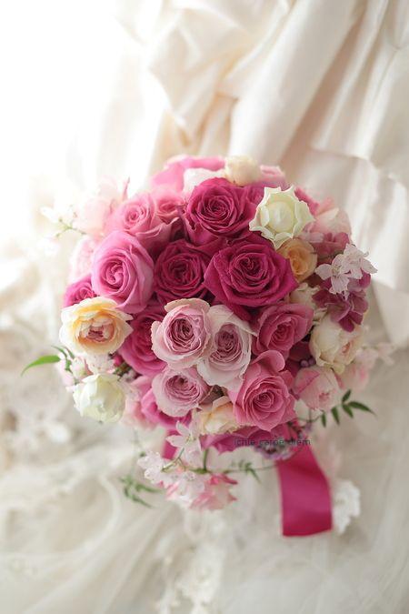 遊びラウンドブーケ 八芳園様へ 華やかなピンクのバラで : 一会 ウエディングの花