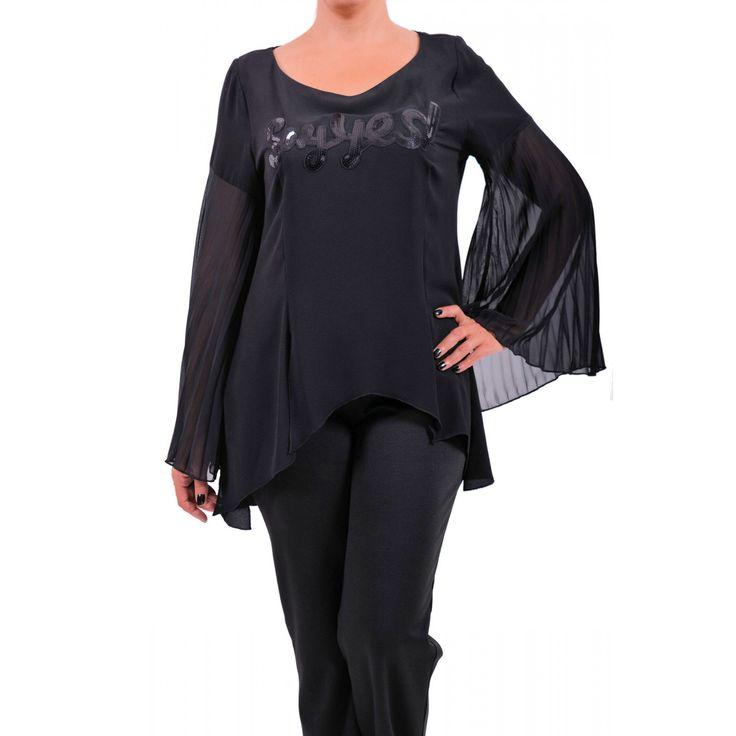Μπλούζα από jersey μαύρο ελαστικό ύφασμα, ασύμμετρη με πλισέ μανίκια από μουσελίνα και μοτίφ εμπρός. Συνθ.:98%POL 2%SPAN