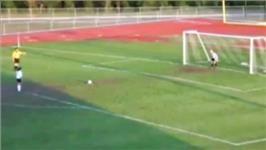 Haberin Ola! | Video Galeri - Milyonda Bir Olurdu, Oldu! - Amerika'da genç kızlar futbol maçında, maç penaltılara gitti. Kullanılan bir penaltıda yaşananlar izleyenlerin ağzını açık bıraktı. Penaltı direkten döndü, kaleci tam gol olmadığına seviniyordu ki bakın nele oldu...