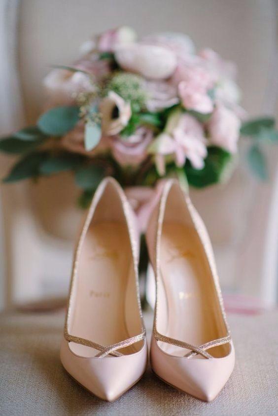 Scarpe sposa di Louboutin di color rosa quarzo.