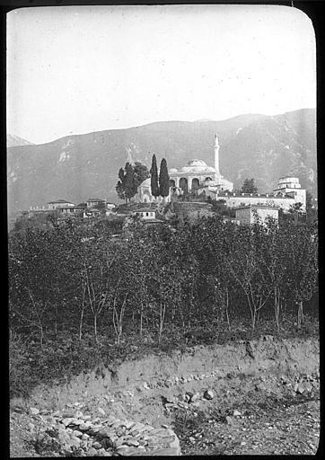 Bursa ; Brousse Mosquée, rangée d'arbres au premier plan PhotographeRoy, Lucien (architecte) Date prise vue 1908