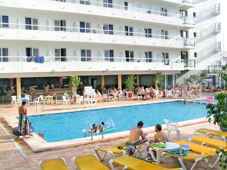 Hotel Fiesta Park is een 3-sterren hotel, heerlijk centraal gelegen in Benidorm met zowel het Levante-strand als het centrum op loopafstand! Hotel Fiesta Park beschikt over meedere faciliteiten voor jong en oud zoals een zwembad met 2 zonneterrassen, een discotheek, de mogelijkheid tot accommodatie op basis van all inclusive en zeer verzorgde kamers. Restaurantjes, bars en winkels zijn te vinden in de directe omgeving van het hotel.    Officiële categorie ***