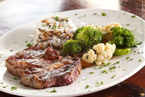 Ladrillo Parrilla Argentina (jantar)    Bife de ancho  Acompanhamentos:  Arroz Ladrilho, Panachê de legumes, purê de batatas