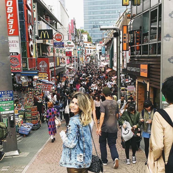 Demorei para postar porque demorei para chegar haha! Sai sexta - feira do Brasil e só hoje que conseguimos começar nossos passeios! Japão é muiiito longe!  Hoje conheci a Rua Takeshita repleta de lojas cafés e restaurantes no bairro de Harajuku! Impossível uma foto sozinha aqui!  Demais esta rua tem tanta coisa legal!  #carolnojapao #japao